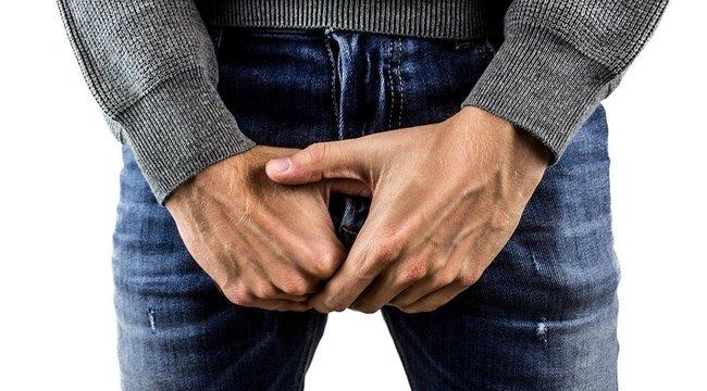 egy férfi levágta a péniszét ragyogó zöld színű pénisz