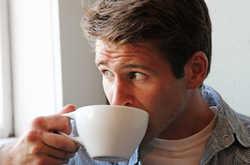 egy férfi reggeli erekcióval indul)