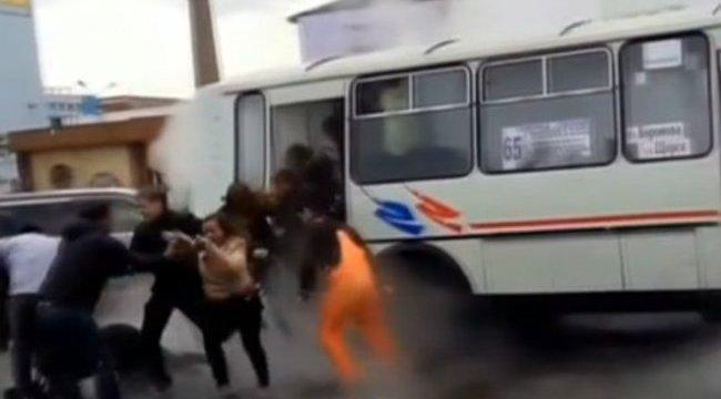 forró víz égette a péniszét)