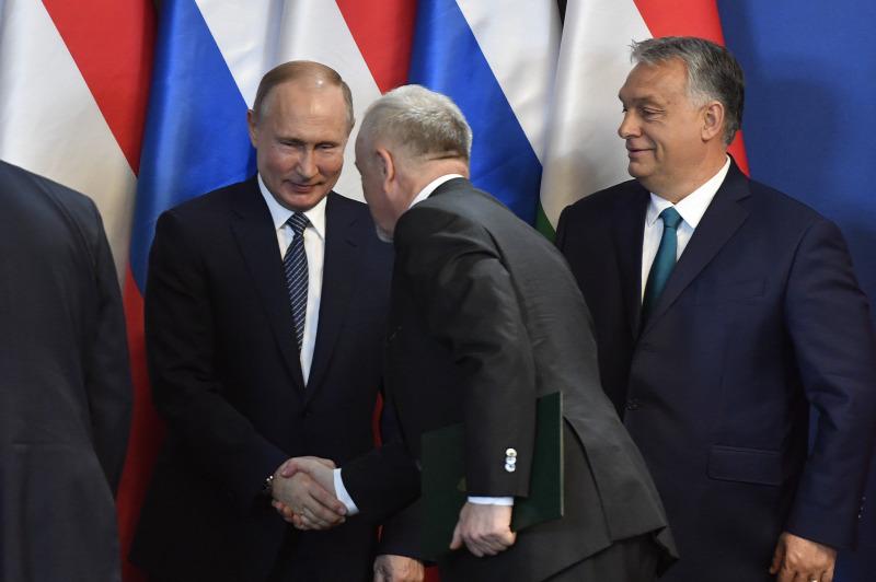 Putyin és a pénisz lányok megbeszélik a péniszeket