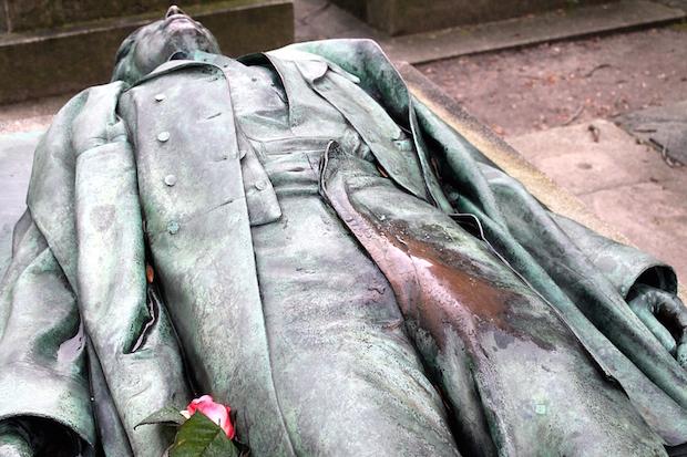 pénisz szobor